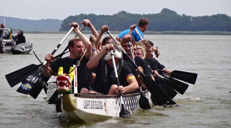 """""""De Süder"""" und Reisebüro """"Auf Reisen gehen"""" beim 6. Drachenbootrennen in Buschvitz"""